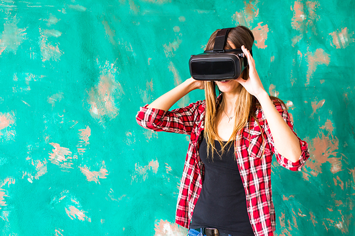 Young Woman Using The Virtual Reality Headset PY5UUW4